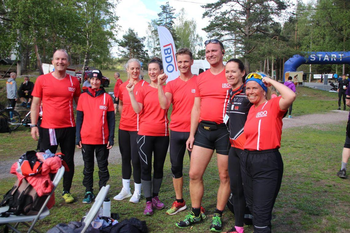 Deltagere med nye røde BDO-trøyer etter det 6. løpet i Terrengkarusellen. (Foto: Guri Sæterlid)