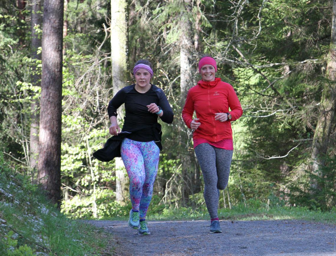 Julie Hansen og Lise Bentsen Hetland i den første utgaven av Dømmesmoen Parkrun.       Foto: Thomas Hetland.