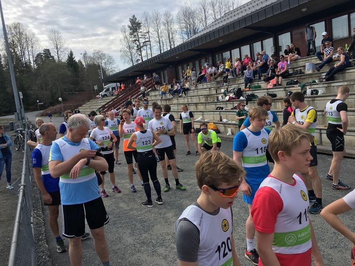 Før start ved Langhushallen i fjorårets løp som samlet 70 deltagere på 5 og 10 km. (Arrangørfoto)