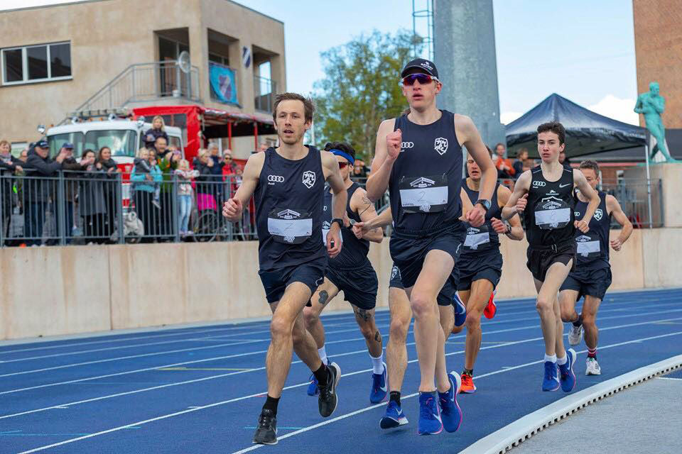 Axel Vang Christensen (i svart drakt) fikk god drahjelp under rekordløpet. (Foto: Per Alex Christensen)