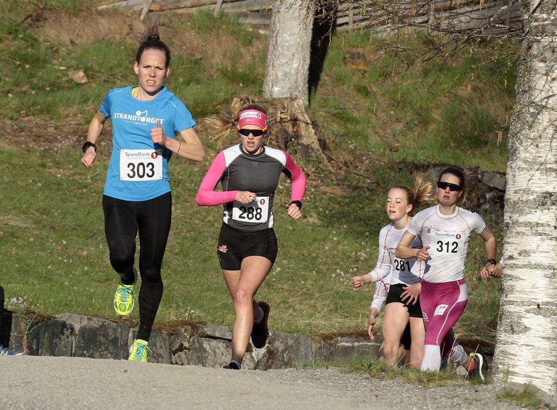 Hanne Mjøen Maridal (303), LIF/Team Ingrid Kristiansen, tok teten i startpulja og ble raskeste kvinneløper i mål. Her foran Sigrid Sundgaard (288) fra Søre Ål IL/NTG,, som ble nr. 3 i klasse K 16-19 år, Tuva Bakkemo (312) fra Gjøvik skiklubb, nr. 3 i klasse aktive 20-35 år og Iris Tollan Brandhaug (281) LIF, som vant klasse K 12-15 år. (Foto: Jørgen Skaug)