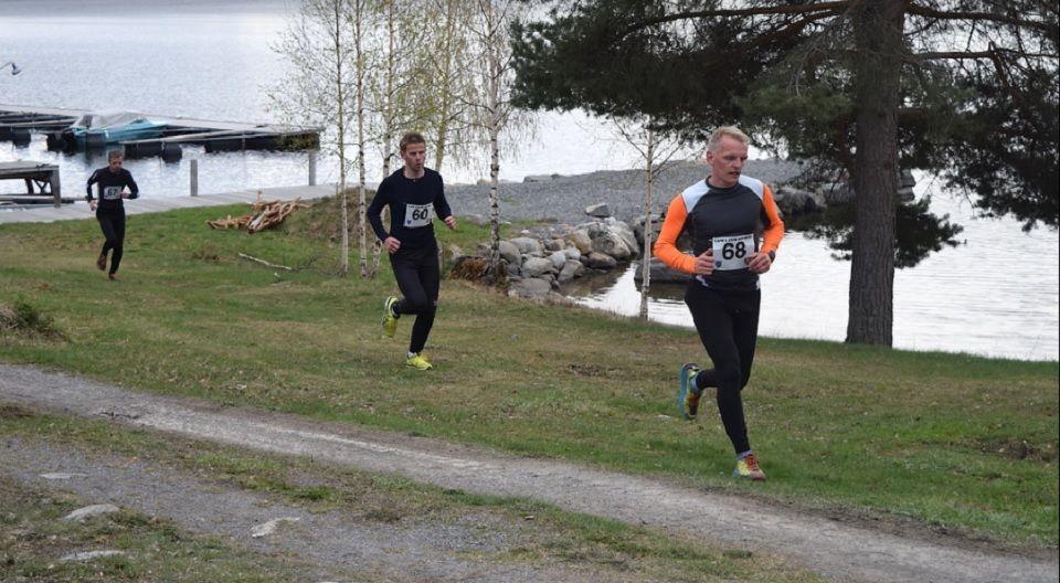 Sesongstart for Land løpskarusell med terrengløp ved Lyngstrand Camping ved Randsfjorden i kjølig vårvær (Foto: Søndre Land IL/Sæmund Moshagen)