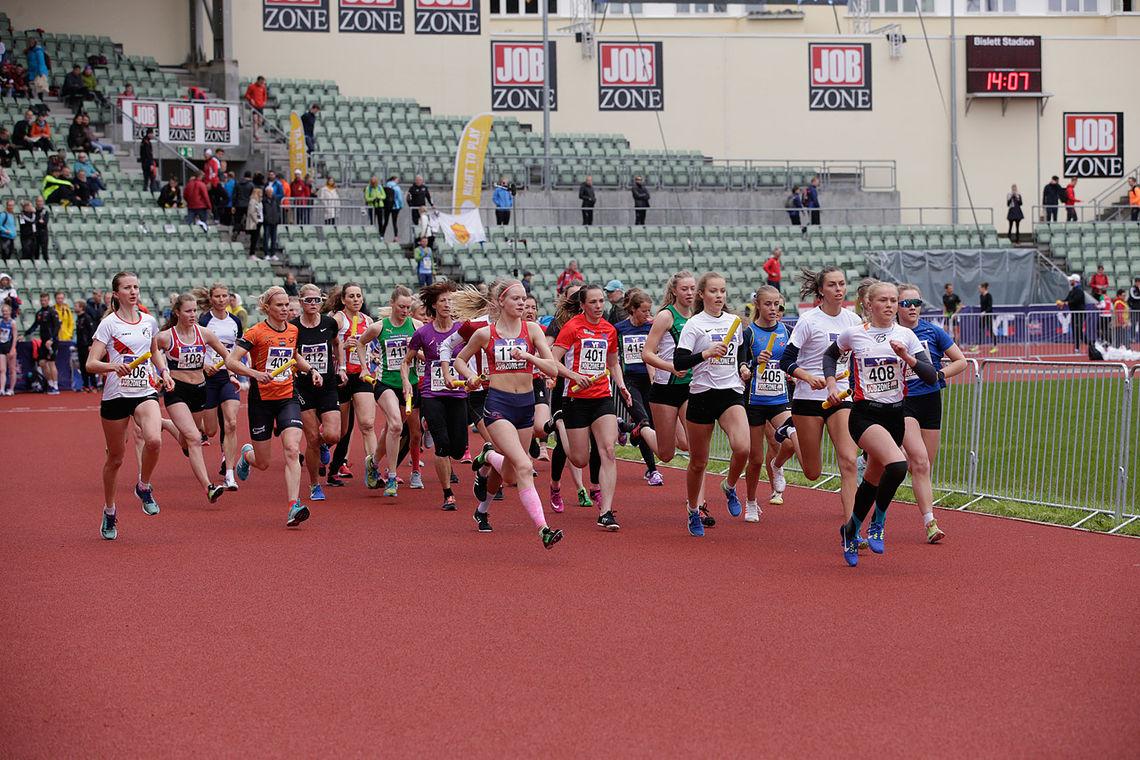 Starten i Kvinner senior, som ble vunnet av KJelsås IL Langrenn foran OSI Friidrett, som begge rykker opp til neste års eliteklassen. (Foto: Per Inge Oestmoen)
