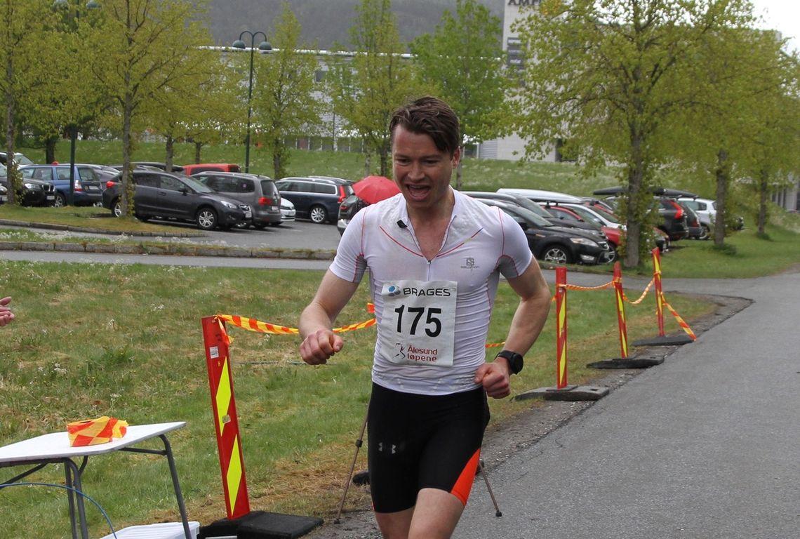 Richard Reichel er ålesunder, utennomsundet-gutt (Brosundet) og aspøyramp. I dag vant Richard maraton som foregikk innomsundet (Indre bydel i Ålesund)