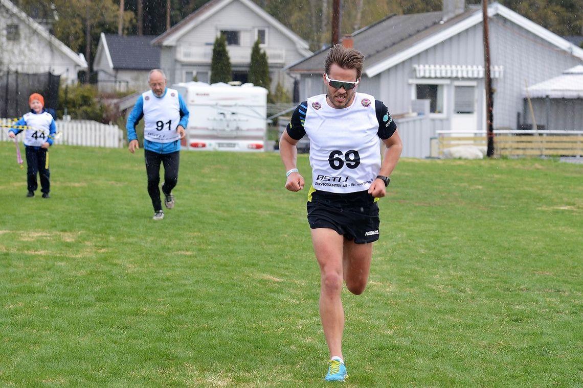 Ola Korbøl løper inn til seier på Ilseng Idrettsplass. (Arrangørfoto)