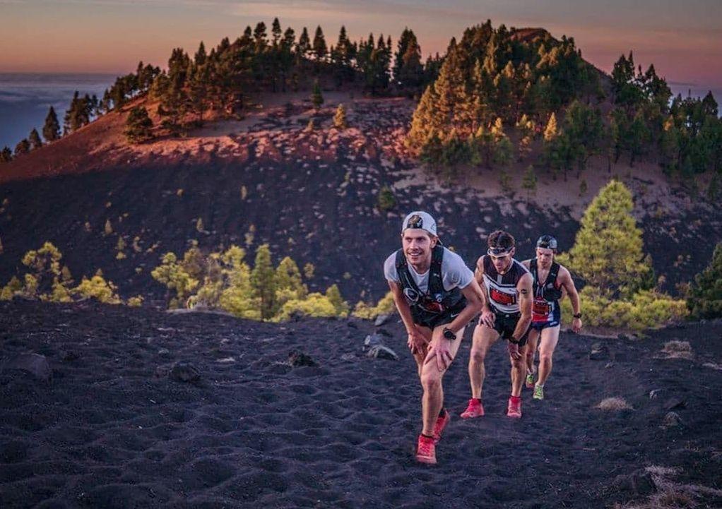 Hans Kristian Smedsrød, Max King og Jonas Hesthaug i en tøff motbakke underveis. King er tidligere verdensmester både i fjellultra og 100 km. (Foto: @irunfar)
