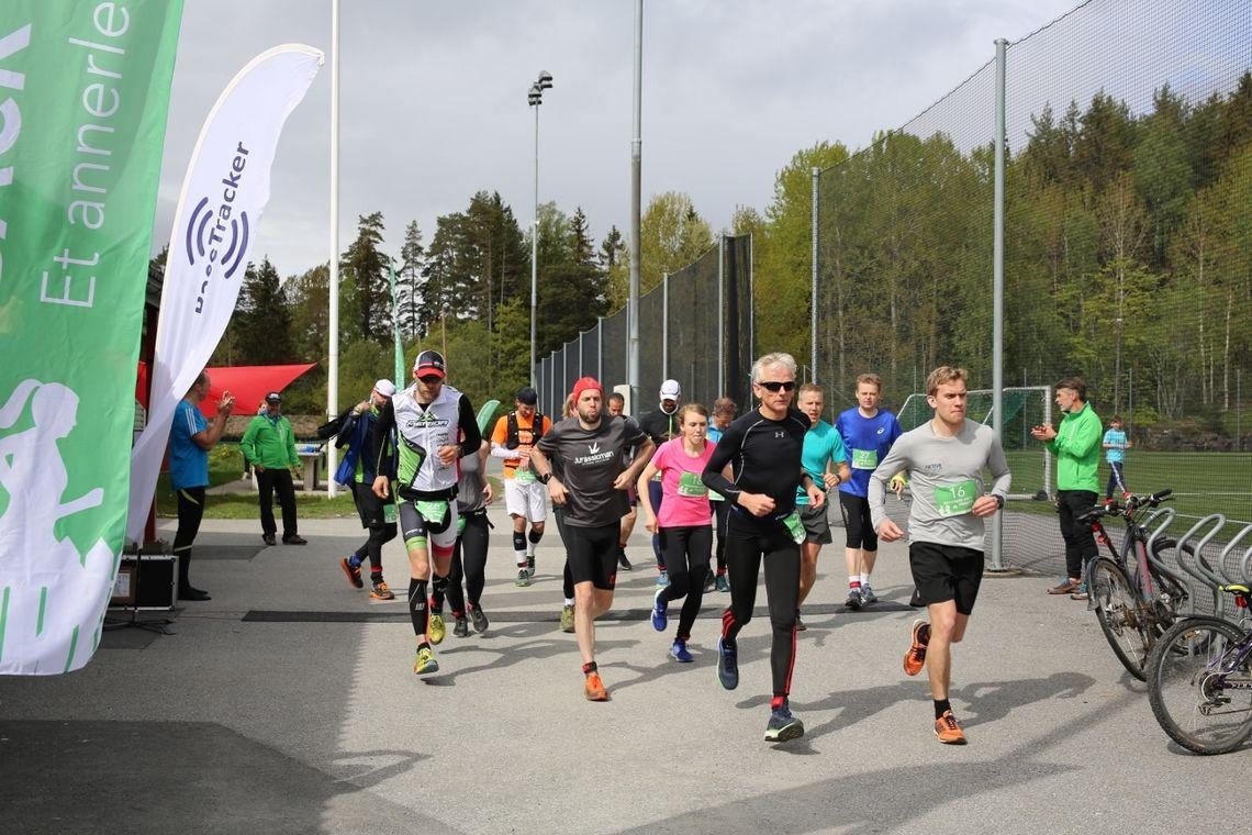 Deltagerne løp nye 7,2 km hver time, her mens det ennå var 15 løpere igjen i feltet. (Arrangørfoto)