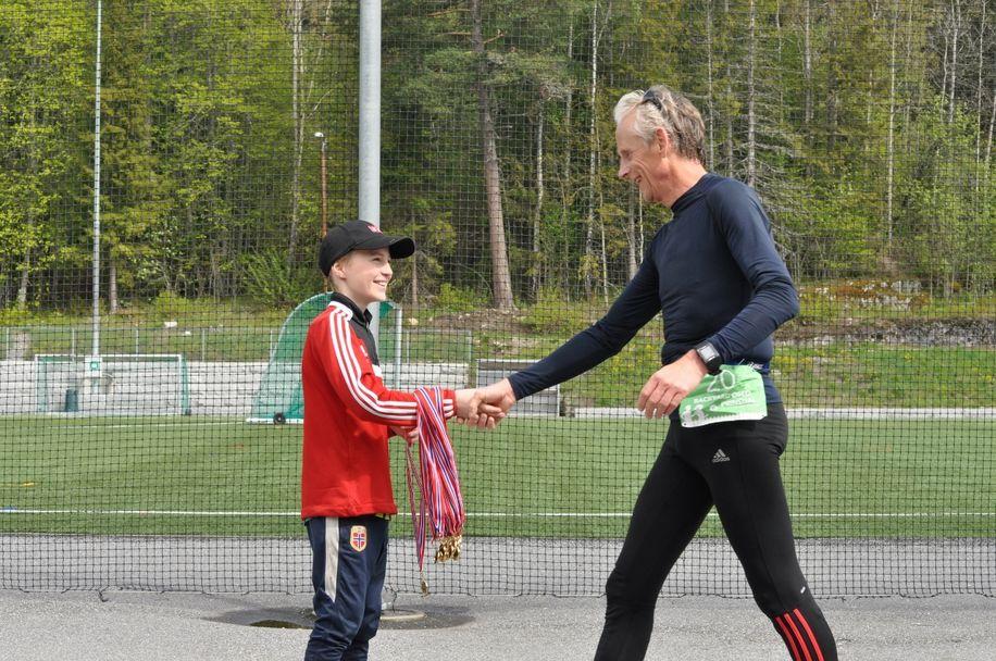 Ole_Morten_Kulbraaten_mottar_medalje_fra_Amund_Nybakke (1280x850)