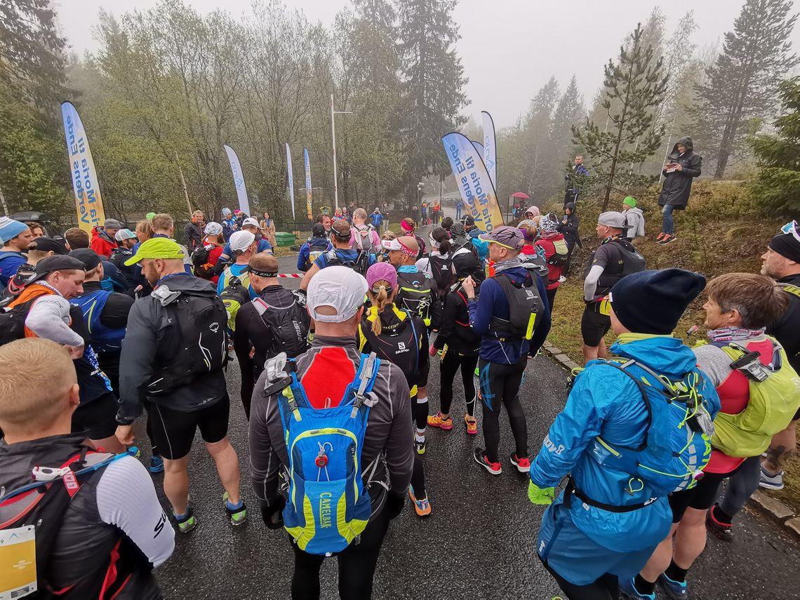 Fra starten ved Soria Moria i Holmenkollåsen lørdag formiddag. 72 løpere venter spent på startsignalet før de skal ut på 161 kilometer. (Foto: Ståle Nordahl)