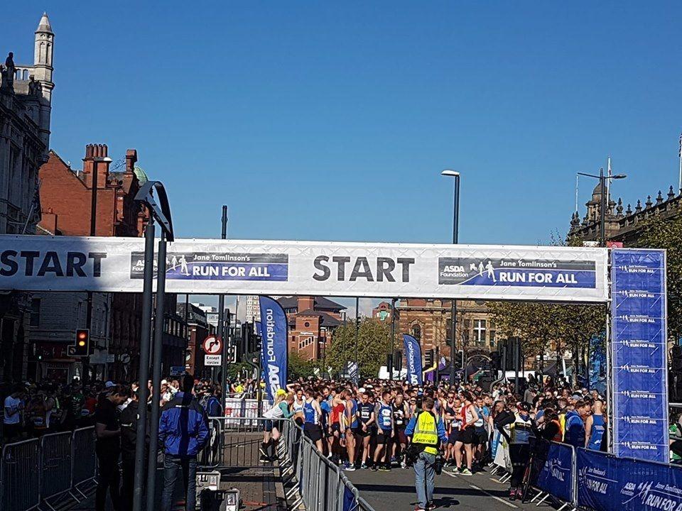 Skyfri himmel og strålende vårvær ved starten av årets Leeds halvmaraton (Foto: facebook/janetomlinsonrunforall)