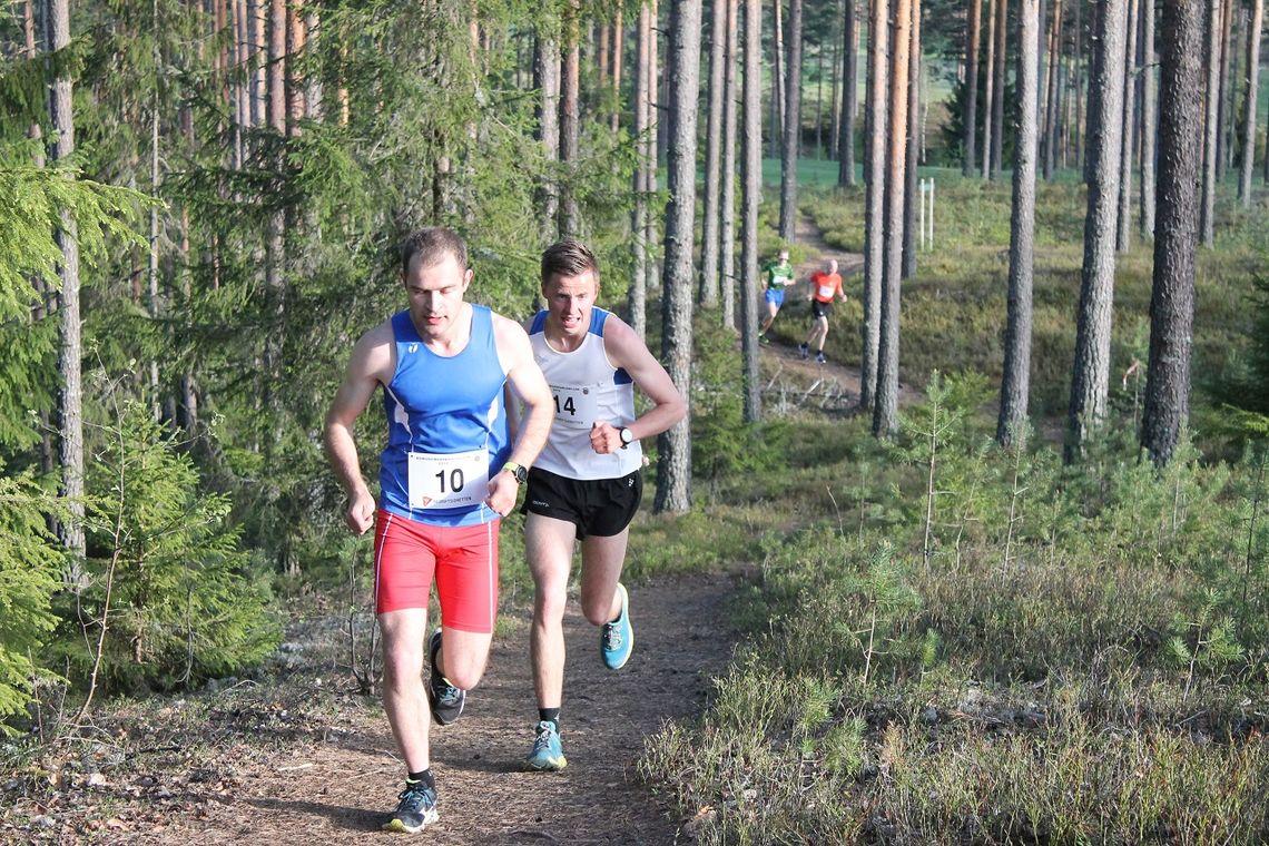 Christoffer Enderud Hansen (14) i hælene på Henrik Nilsson i Kongsvingerkarusellen på Liermoen tidligere i vår. (Foto: Per Inge Vaaje)