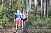 Duellantene Henrik Nilsson (10) og Christoffer Enderud Hansen (14) med en luke til resten av feltet ca. 500 m før mål. (Foto: Per Inge Vaaje)