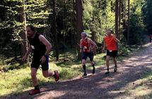 Vinner av kort løype, Øystein Syversen, Oppstad IL i midten sammen med Jan Erik Mathiassen (til v.) og Finn Ansgar Haneberg som begge løp den lengste distansen på Ilseng. (Foto: Marit Aamdal)