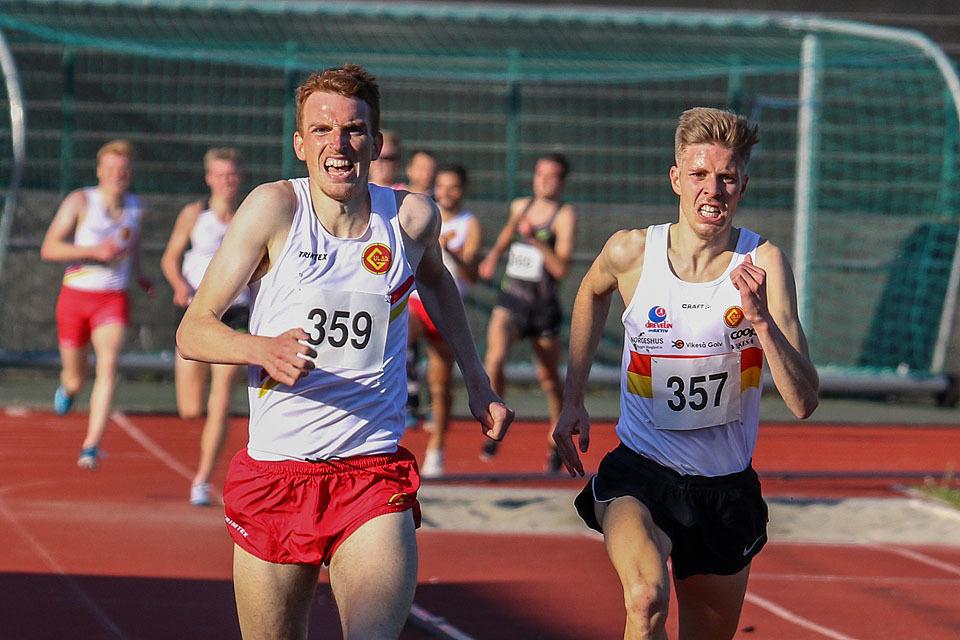 Denne Gular-duoen har hatt mange jamne oppgjer, som her under Arne Risa Classic tidlegare i vår. No på 3000 meteren i Finland var Per Svela (til høgre) halvsekundet framføre Marius Vedvik i mål. (Arkivfoto: Arne Dag Myking)