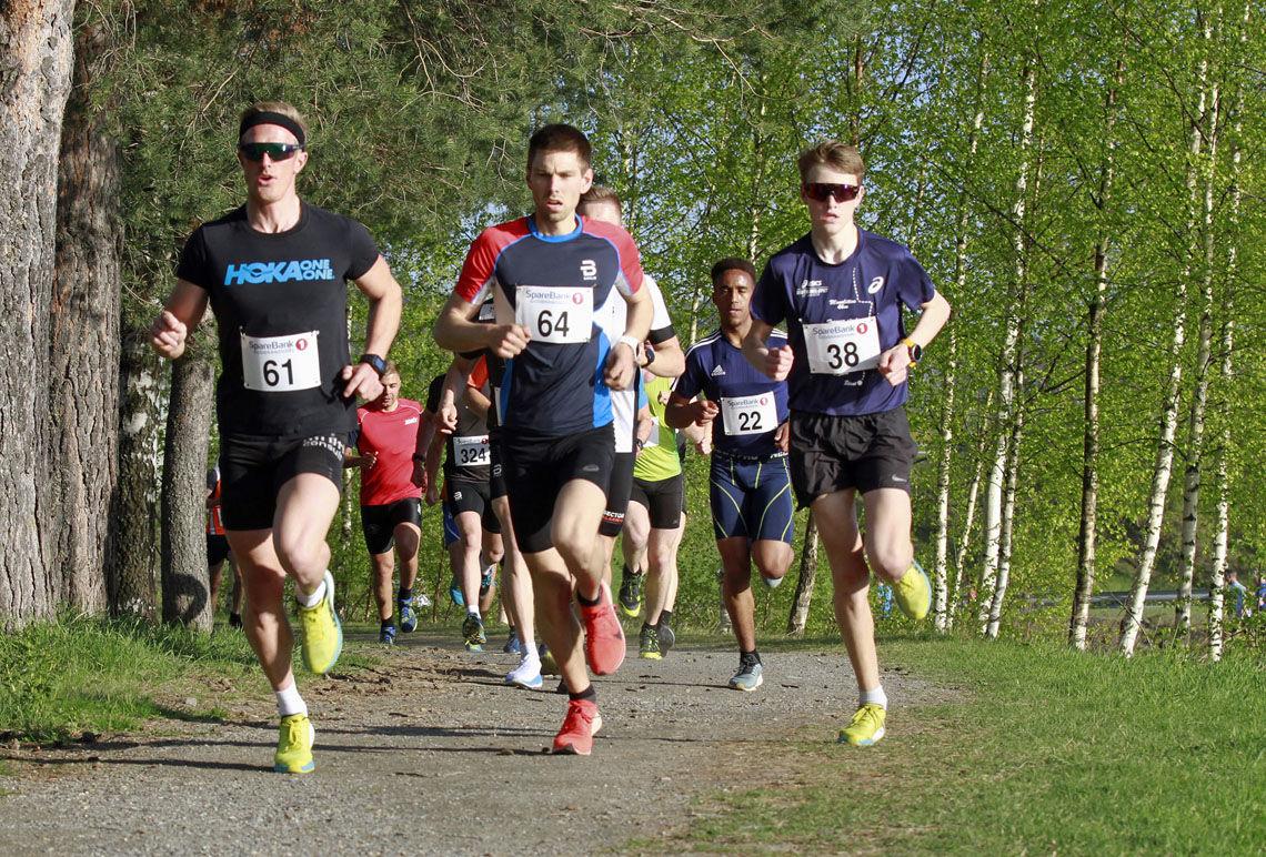 Geir Steig (61) Luster IL var i teten i løpet fra start til mål. Her løper han i front sammen med Morten Eide Pedersen (61) fra Lillehammer og Mikkel Thommassen (38), LIF, som vant klasse M 16 – 19 år.