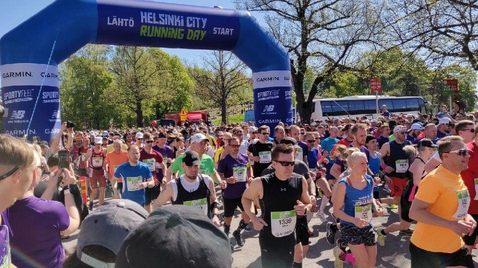 Fra starten av halvmaratonløpet i årets Helsinki City Running Day som i likhet med i fjor gikk i sommerlig vær (Foto: svenska.yle.fi - Tony Pohjolainen)