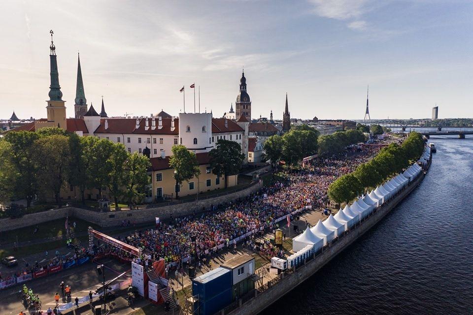 Store startfelt ved Riga Castle i Riga Marathon som gikk i godt og varmt vær sist helg (Foto: facebook.com/TetRigaMarathon)