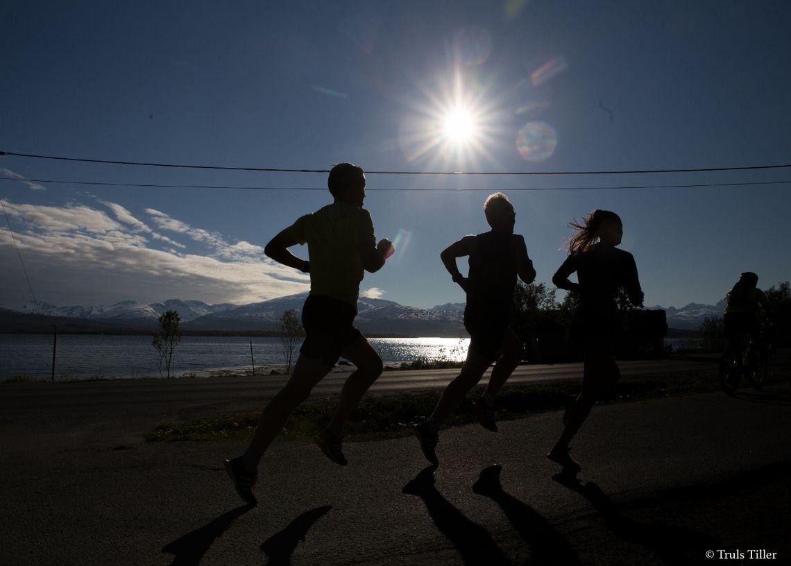 Løpere i Tromsønatten under fjorårets løp. (Foto: MSM/Truls Tiller)