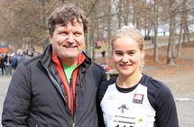 Etter to år med skade og overtrening viste Malin Edland med en sølv i NM terrengløp at hun blir å regne med i tiden som kommer. Her sammen med trener Knut Jæger Hansen. (Foto: Runar Gilberg)