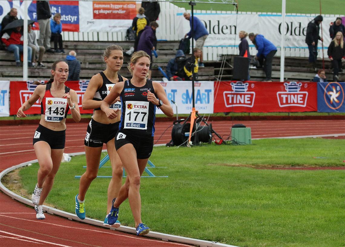 Vienna Dahle Søyland (143) og Marie Sagnes Wågan (177), som her har Pernilla Epland mellom seg, løp 5000 m i Manchester sist lørdag. Bildet er fra NM i Byrkjelo i fjor sommer. (Foto: Arne Dag Myking)