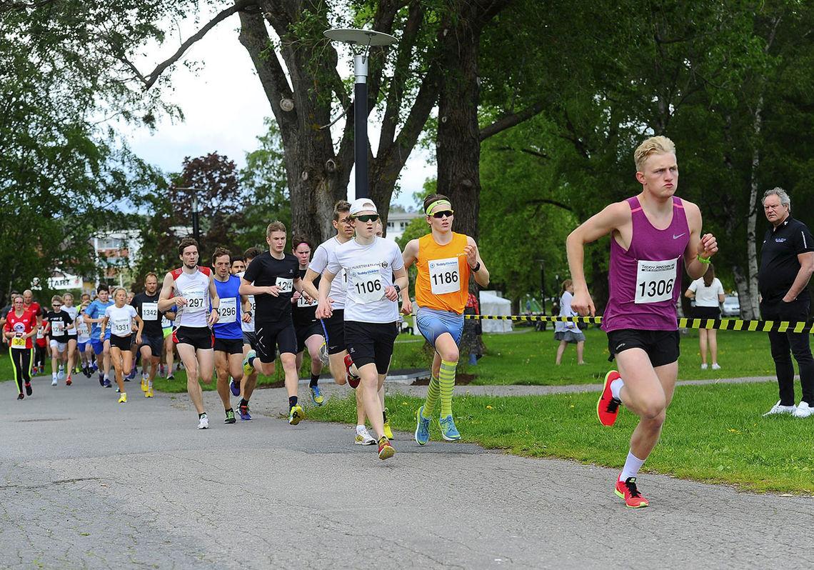 Starten for 5 kilometeren har gått, og Matias Øvrum, som til sist kom på sjetteplass, leder an. (Foto: Ann Kristin Saastad, Sandefjords Blad)