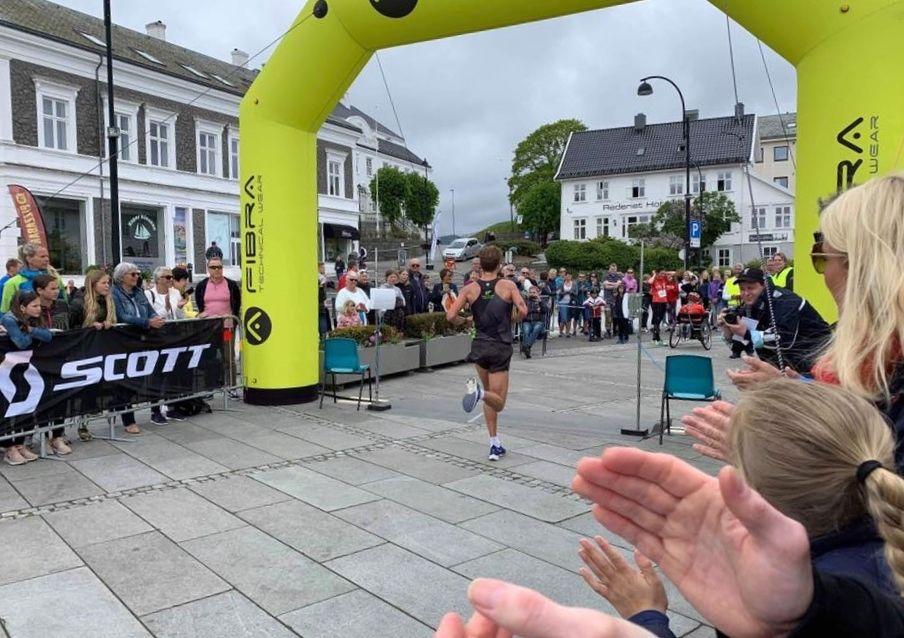 Kristian Tjørnhom applauderes inn til soleklar seier på halvmaraton. (Arrangørfoto)