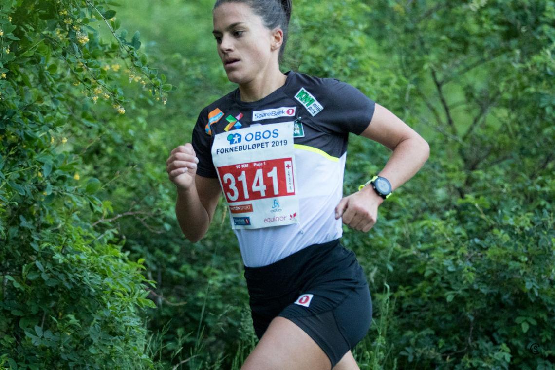 Vant 10 km: Heidi Weng var suveren på Fornebuløpets hoveddistanse 10 km. Tett på 2000 løp den store runden i år med start fra Telenor Arena, så via Fornebu Hovedgård og helt til Storøya badeplass i motsatt ende av Fornebulandet før turen gjennom Nansenparken tilbake til Telenor Arena. (Foto: Sylvain Cavatz)