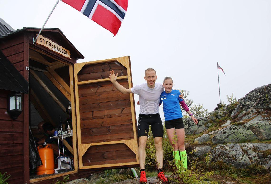 Vinnarane i herre- og dameklassa – Øyvind Heiberg Sundby og Anna Hanstveit – utanfor lavvoen på toppen. (Arrangørfoto)