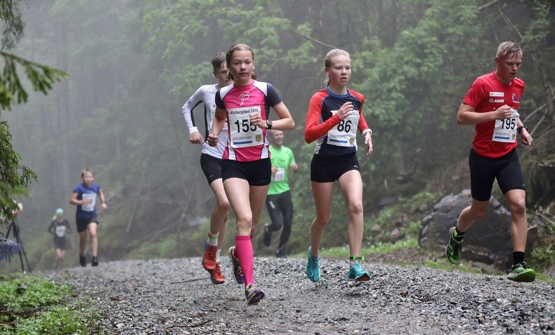 Julie Hammer - med startnummer 155 - og Johanne Norheim etter en drøy kilometer, mens de ennå var i følge. (Foto: Bjørn Hytjanstorp)