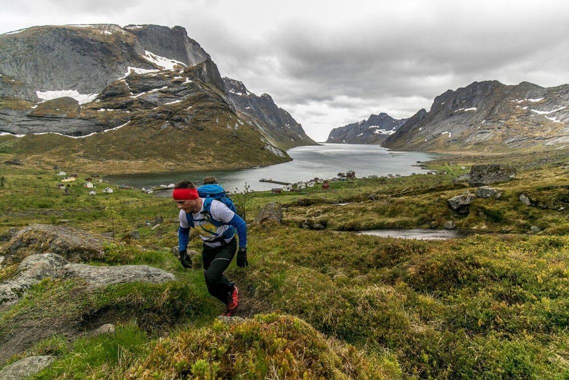 Fra starten på 100 miles innerst i Kjerkfjorden bærer det rett opp mot Kråkhammartinden i tungt vått terreng. Her ser vi ett av stafettlagene som med flere mann på laget kunne holde mye større utgangsfart enn de individuelle løperne. (Foto: Eric Fokke)
