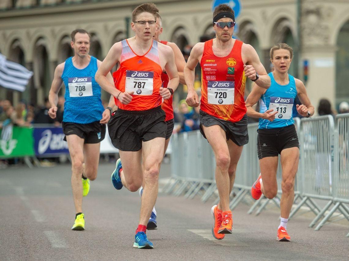 Stian Simonsen med startnummer 720 var raskeste norske løper i søndagens Stockholm Marathon. (Arrangørfoto)