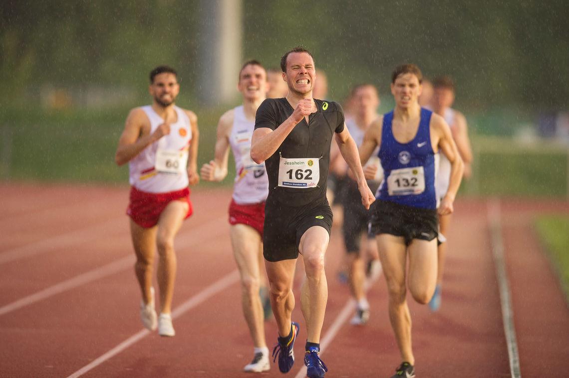 Thomas Roth spurter inn til seier på 1500 meter i elitestevnet på hjemmebane, for andre år på rad. (Foto: Helge Langen)