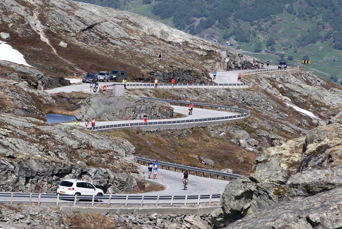 Deler av slyngveien opp fra Geirangerfjorden med løpere og syklister. Det var +23C ved start, men heldigvis svalere når man kom over 1000 meter. (Arrangørfoto)