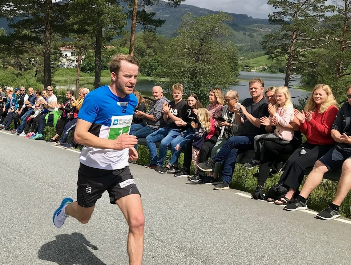 Sjur Røthe var den største kjendisen på Ølmedal Rundt, og han var også en av de raskeste i det 7 km lange løpet. (Foto: Bente Kjos Wenjum)
