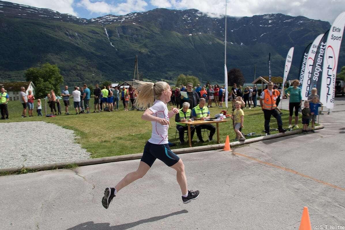 Marit Liseth Fimreite gir alt inn mot målstreken.jpg