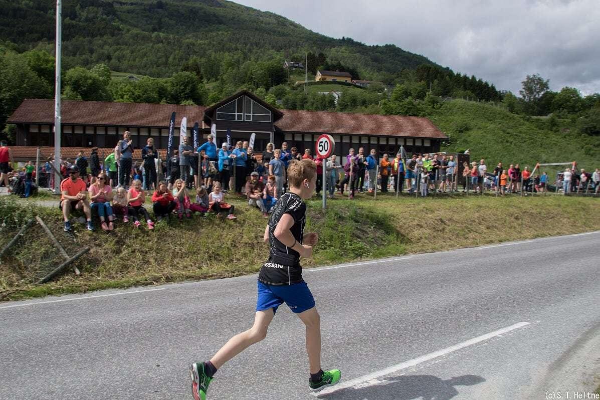 Vegard Tandle Kroken passerar målområdet og tek fatt på siste 500 metrane.jpg