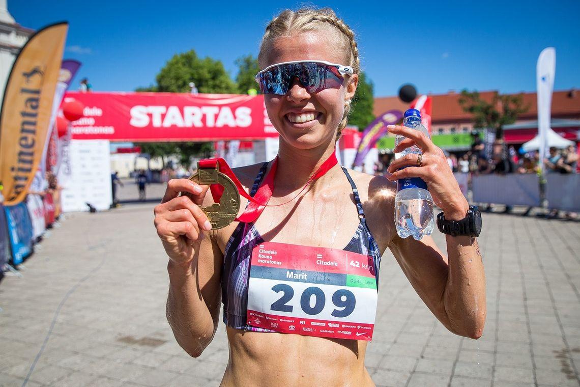 Marit Haslie etter sin vellykkede maratondebut i Litauen søndag. (Foto fra løpets facebookside)