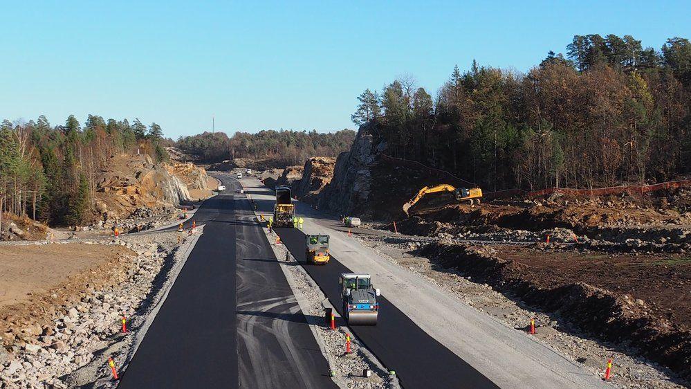 Nytt veianlegg betyr ny asfalt. Her skal det bli behagelig å sykle, stake og løpe 22. juni. (Foto: Nye Veier)
