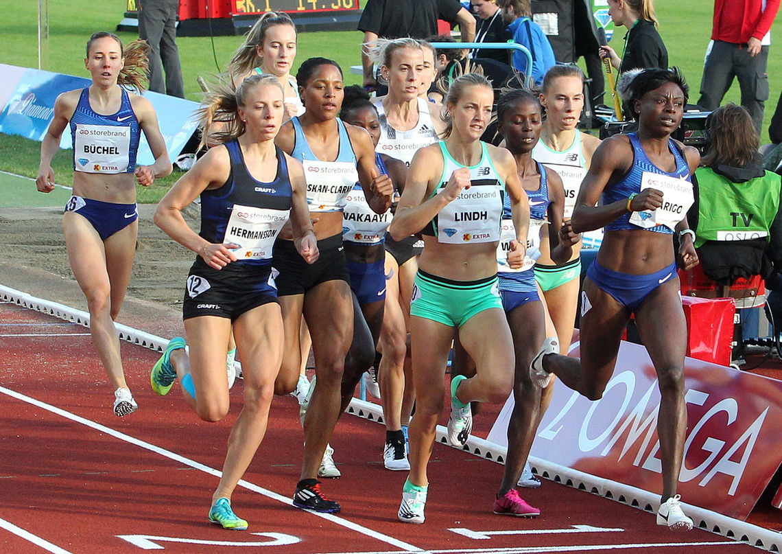 Stort felt og rolig fart: Alle 12 jentene lå samlet etter 400 m  som førte til knall og fall. (Foto: Kjell Vigestad)