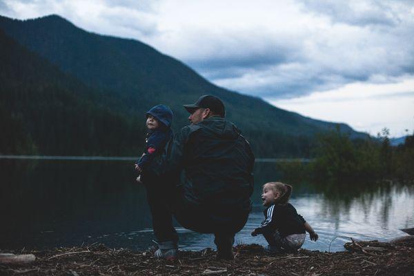 Familie ved vann