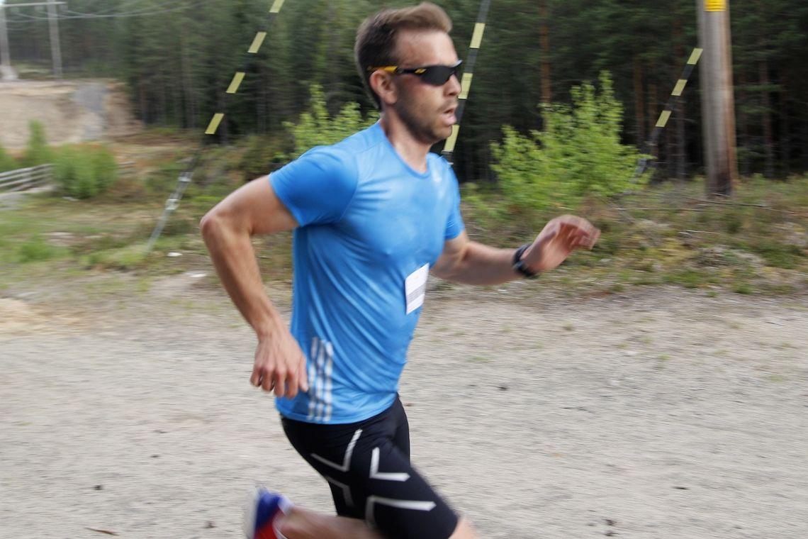 Mads Novik Nilsen spurter mot mål i Gå-joggen i Elverum i 2017.