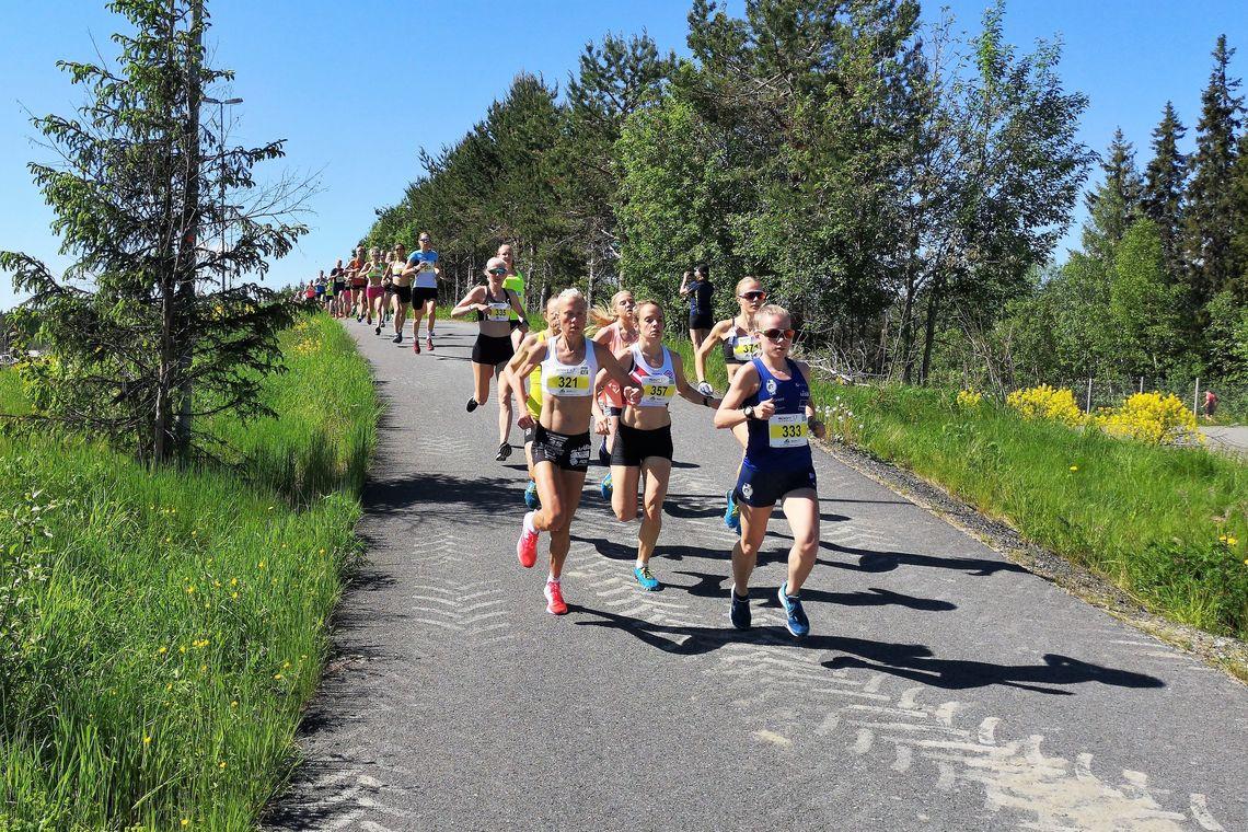 Kvinnenes elitefelt like etter start. (Foto: Rolf Bakken)