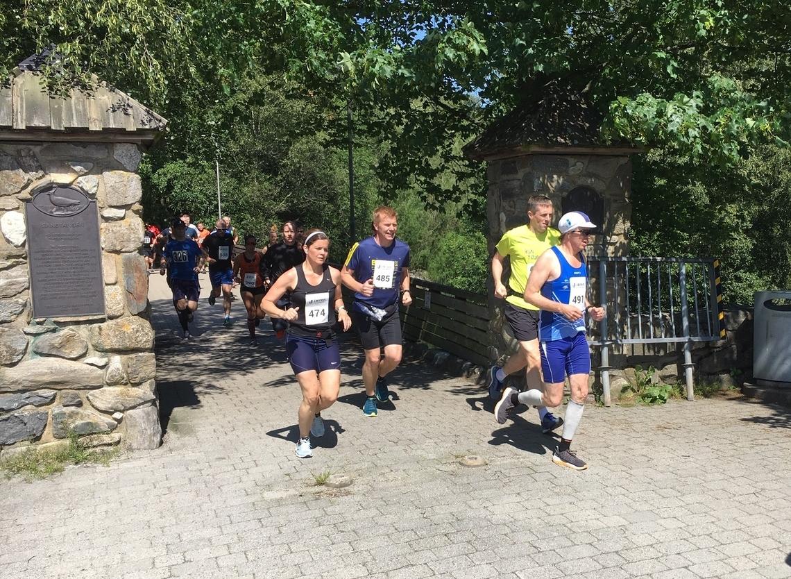 Løperne passerer porten inn til Sandtangen. Vi ser bl.a. 474 Hege Egeland Jonsson, 485 Jørn Andre Carlsen og 491 Dag-Herman Abeland. (Arrangørfoto)