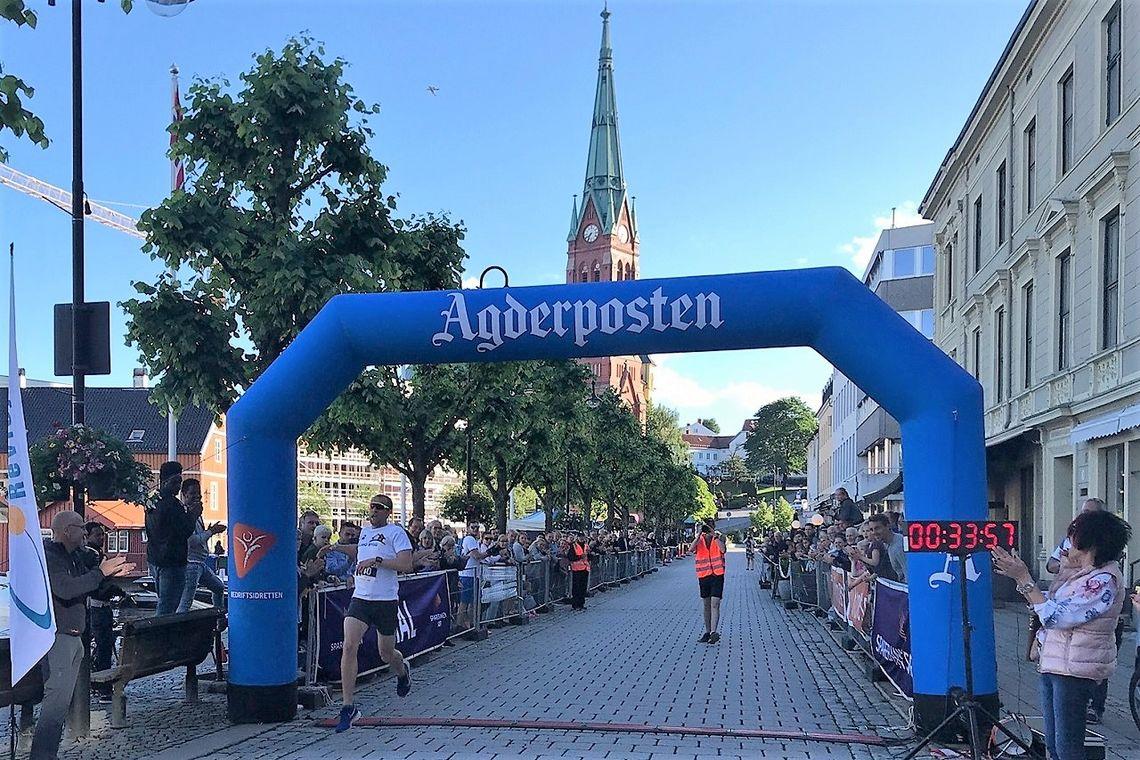 Magnus Thorkildsen i mål som førstemann i Skagerrakmila 2019. (Foto fra Racetracker's facebookside)