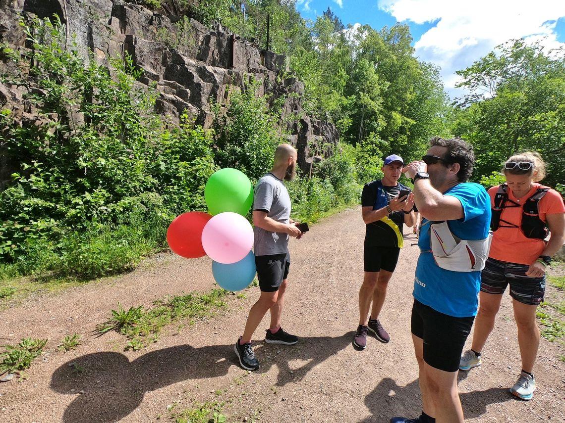 Her ser vi en helgardert ballongløper ved matstasjonen i Gullaugkleiva mellom Spikkestad og Lierstranda. Bakgrunnen for ballongene er ikke at Terje Furuseth var fartsholder, men at han hadde bursdag.(Foto: John Aslak Bøe)