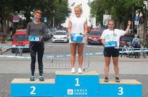 Marthe Kristine Hafsahl Karset på toppen av maratonpallen på Hamar foran toer Esther Innselset og treer Kristin Vardebakken.