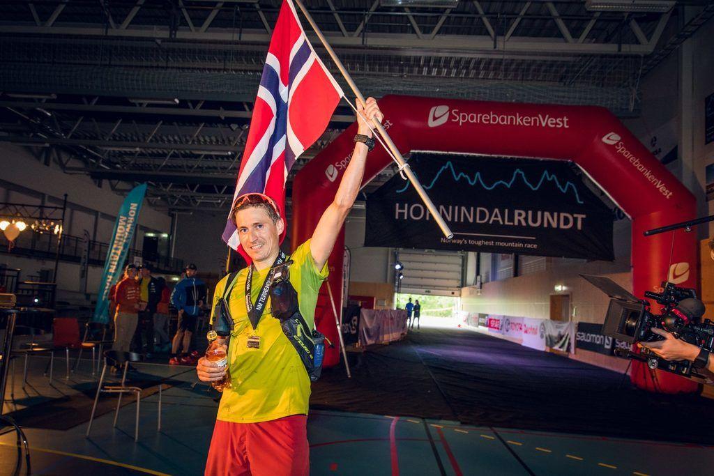 Lars Erik Skjervheim har løyperekorden på tiden 08:52:30 fra 2014. Her heiser han flagget som vinner av NM i Terrengultra i 2016. (Foto: Kyle Meyr)
