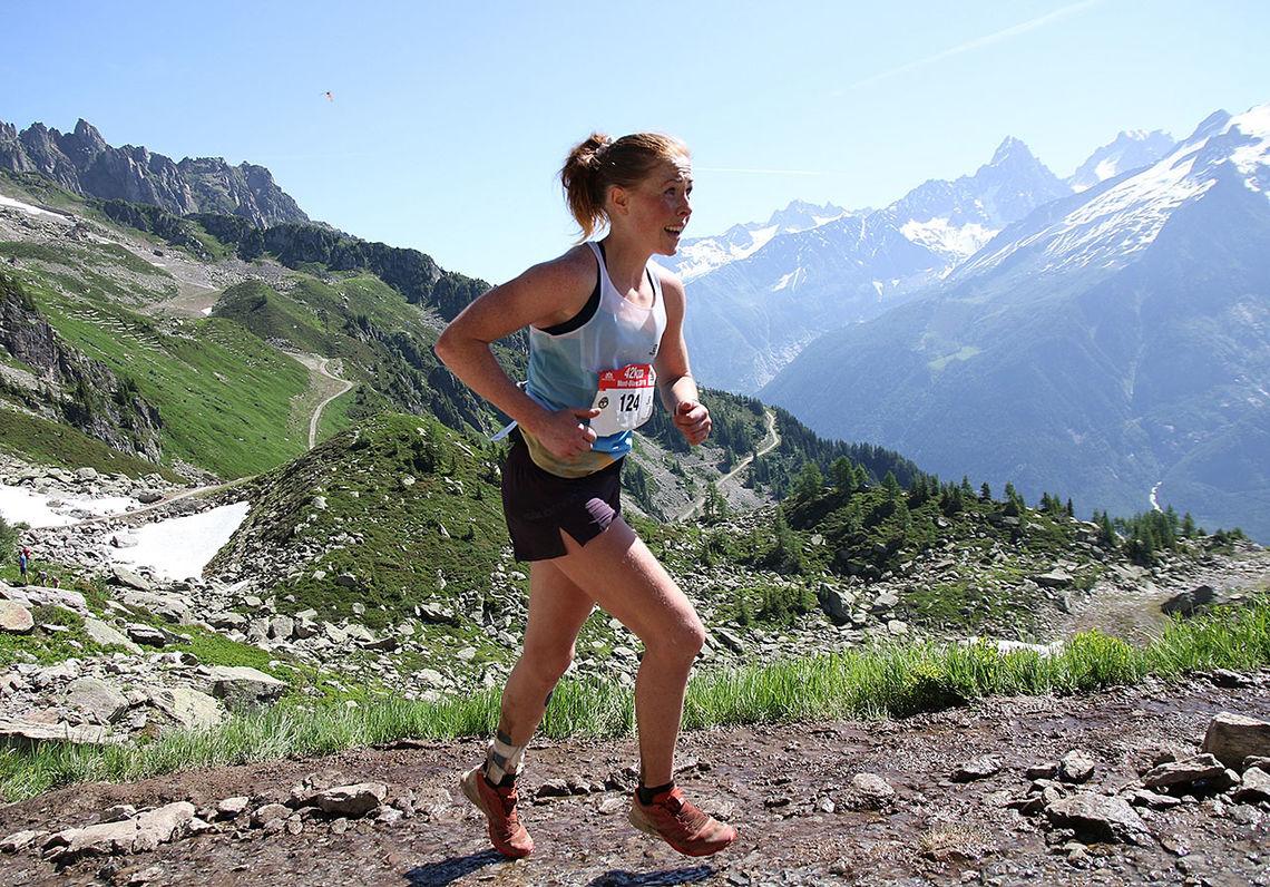 Eli Anne Dvergsdal løper med blikket hevet idet hun har bare en halv kilometer igjen av Mont Blanc Marathon. (Foto: Runar Gilberg)