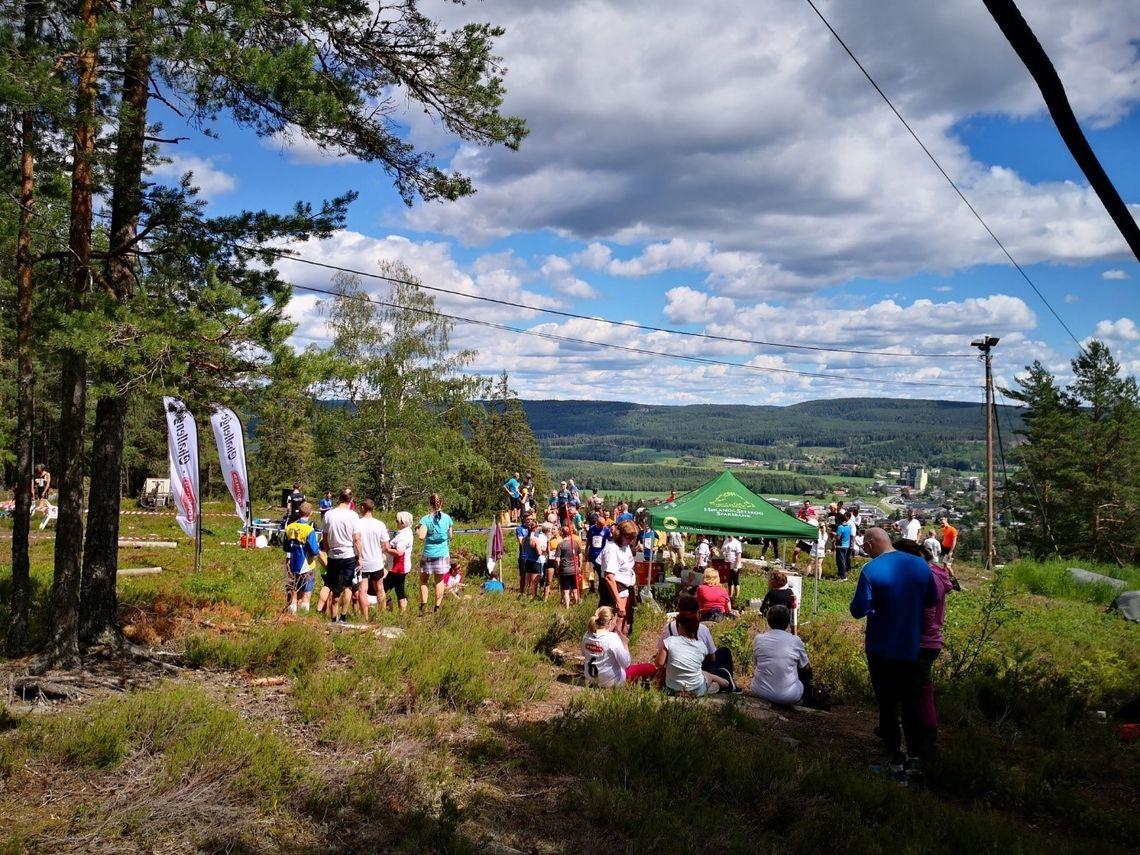 I det flotte været samlet deltagerne seg på toppen til alle var i mål. (Arrangørfoto)