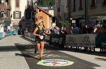 Til tross for forviklinger kunne Elisabeth Borgersen smile da hun løp over mål på 90 kilometeren i Mont Blanc Marathon. (Foto: Lars Gilberg)